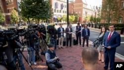 美国司法部负责维吉尼亚州东区的检察官特维利戈(右)在联邦助理检察官阿蒂耶(右二)的陪同下在亚历山德里亚的联邦法庭外举行记者会,宣布逮捕国防情报局分析员弗里斯的消息。(2019年10月9日)