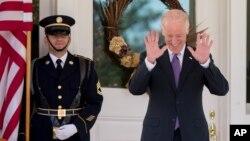 El vicepresidente Joe Biden se ríe de una pregunta sobre su potencial lanzamiento en la carrera presidencial.