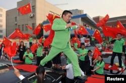陈光标2012年10月站在汽车上唱歌