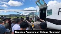 Proses evakuasi jenazah Bharatu Anumerta Muhammad Kurniadi Sutio, dari Kabupaten Pegunungan Bintang ke Jayapura, Papua, Minggu 26 September 2021. (Courtesy: Kapolres Pegunungan Bintang)