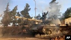 지난 2월 러시아와 이란의 지원을 받은 시리아 정부군이 라파 지역에서 탱크를 몰고 있다. (자료사진)