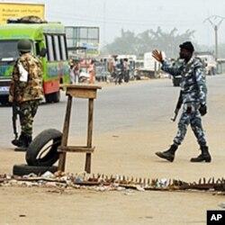 Des soldats loyaux à Gbagbo devant l'entrée du quartier pro-Ouattara d'Abobo, à Abidjan