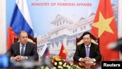 Bộ trưởng Ngoại giao Việt Nam Phạm Bình Minh (phải) và người đồng cấp của Nga Sergey Lavrov trong một buổi họp báo tại Hà Nội hôm 23/3. Việt Nam mong muốn Nga tiếp tục đóng vai trò tích cực trong việc gìn giữ an ninh khu vực, theo lời ngoại trưởng Việt Nam.