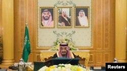Raja Arab Saudi Salman bin Abdulaziz Al Saud memimpin pertemuan kabinet di Riyadh, Arab Saudi, 12 Desember 2017.