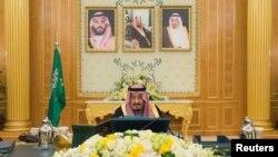 سعودی فرمانروا شاہ سلمان بن عبدالعزیز کابینہ کے اجلاس کی صدارت کر رہے ہیں۔ (فائل فوٹو)