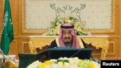 Raja Arab Saudi Salman bin Abdulaziz Al Saud memimpin rapat kabinet di Riyadh (foto: dok).