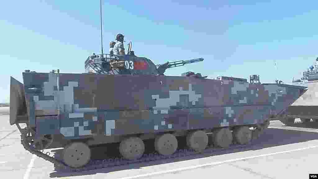 中国南海舰队的海军陆战队在离莫斯科1800多公里远的里海岸边的演习场。