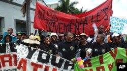 示威者12月3日在位于德班的联合国气候大会会场外游行