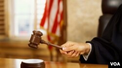 """La jueza insta """"a la suspensión inmediata de cualquier investigación, despido, separación u otro proceso"""" bajo la ley."""