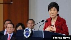 박근혜 한국 대통령이 12일 청와대 춘추관에서 신년 내외신 기자회견을 열고 집권 3년차 국정운영 구상을 밝히고 있다.