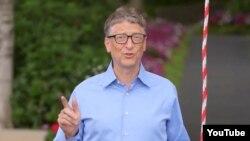 미국 마이크로소프트 창업자인 빌 게이츠가 루게릭 병 환자들을 돕기 위한 '얼음물 샤워' 릴레이에 동참했다. 게이츠 전 회장이 자신이 직접 제작한 장치로 얼음물을 뒤집어 쓰기 전에 다음 도전자 3명을 지명하고 있다.