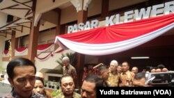 Presiden Jokowi saat meresmikan Pasar Klewer Solo (foto: Yudha Satriawan/VOA)