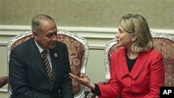 US Secretary of State Hillary Rodham Clinton (r) speaks with Egyptian Foreign Minister Ahmed Aboul Gheit during their meeting, in Doha, Qatar, Jan 12, 2011
