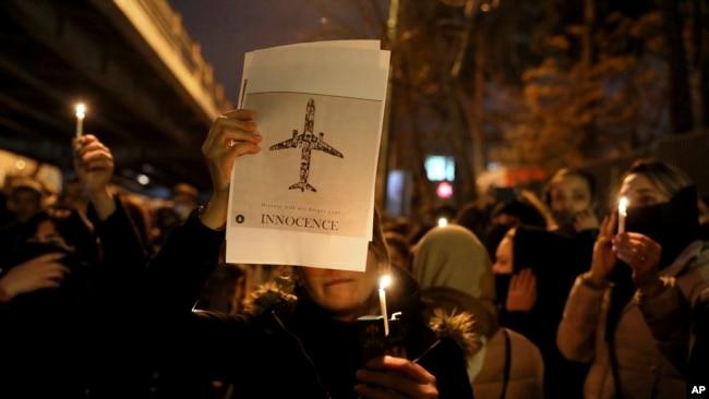 Người dân Iran hôm 11/1 tưởng niệm các nạn nhân vụ bắn hạ máy bay.
