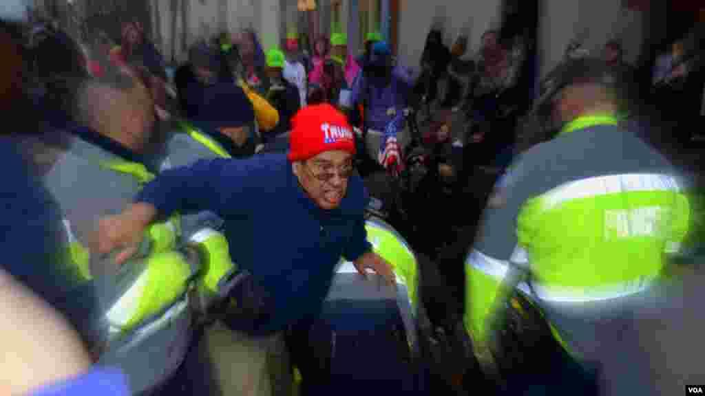 Полицейские обеспечили прорыв сторонника Трампа в гостевую зону. Проходы блокировали протестующие