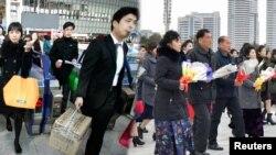 설날 연휴 귀성길에 오른 서울 시민들과 설을 맞아 만수대 김일성·김정일 부자 동상에 헌화하러 가는 평양 시민들.