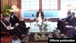 PM Pakistan Imran Khan bertemu delegasi AS yang dipimpin wakil khusus AS untuk perdamaian Afghanistan, Zalmay Khalilzad, di Islamabad hari Rabu (5/12).