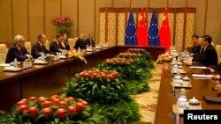 ប្រធានាធិបតីចិន Xi Jinping ជួបជាមួយប្រធានាធិបតីកម្មការសហភាពអឺរ៉ុប Jean-Claude Juncker និងប្រធានាធិបតីក្រុមប្រឹក្សាអឺរ៉ុបលោក Donald Tusk អំឡុងកិច្ចប្រជុំក្នុងទីក្រុងប៉េកាំងកាលពីថ្ងៃទី១៦ កក្កដា ឆ្នាំ ២០១៨។