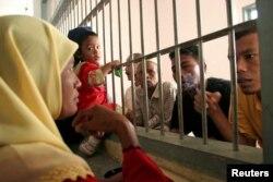 Para tahanan di salah satu Lapas dekat Banda Aceh saat ditengok keluarga mereka (foto: ilustrasi).