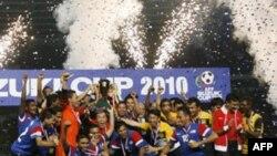 Các cầu thủ Malaysia giơ cao chiếc cúp đoạt được trong giải bóng đá khu vực