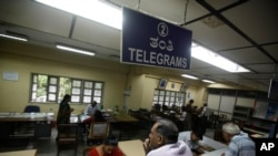Žena čeka u redu da pošalje jedan od zadnjih telegrama posle najave o ukidanju te službe u Indiji, 14. juli, 2013.