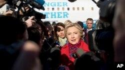 미국 민주당의 힐러리 클린턴 대선후보가 7일 뉴욕 화이트플레인의 웨체스터 카운티 공항에서 비행기 탑승에 앞서 기자들의 질문에 대답하고 있다.