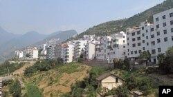 依山而建的移民新居