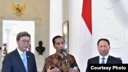 Presiden Jokowi bersama Duta Besar Luar Biasa dan Berkuasa Penuh Republik Korea untuk Indonesia, Kim Chang-beom, dan Duta Besar Luar Biasa dan Berkuasa Penuh Republik Rakyat Demokratik Korea untuk Indonesia Ang Kwang II, di Istana Merdeka, Jakarta, Senin (30/4). (Foto: Setpres RI)