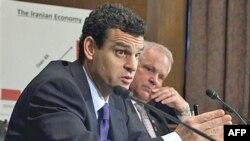 Thứ trưởng Tài chánh David Cohen (trái) nói công ty chuyên chở đường biển tiếp tục có những nỗ lực gian trá để tránh những trừng phạt của Hoa Kỳ và quốc tế