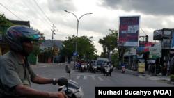 Jalanan di salah satu sudut Kota Yogya yang tetap ramai di hari pertama PPKM Darurat. (Foto: VOA/Nurhadi Sucahyo)