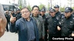 众多特警围住一些悼念林昭的活动人士。