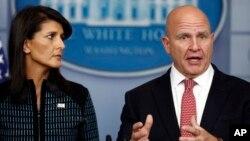 در نشست خبری کاخ سفید، هربرت مکمستر (راست) مشاور امنیت ملی و نیکی هیلی سفیر آمریکا در سازمان ملل به خبرنگاران پاسخ دادند.