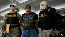 Polisi anti narkoba AS melakukan penggerebekan di bandara San Juan, Puerto Rico dan menahan 33 orang tersangka pelaku perdagangan narkoba tahun lalu (foto: dok).