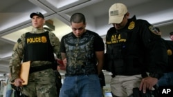 Agen-agen federal anti-narkoba AS menangkap 30 orang tersangka penyelundup kokain di bandara utama San Juan, Puerto Rico, Rabu (6/6).
