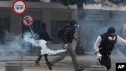 28일 브라질 리우데자네이루에서 긴축정책에 항의하는 반정부 시위대가 경찰과 대치하고 있다.