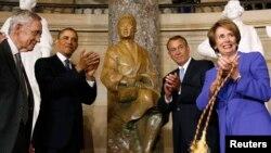 Presiden AS Barack Obama (tengah) meresmikan patung perunggu setinggi hampir tiga meter mendiang peolpor HAM, Rosa Parks di Gedung Kongres Amerika (27/2).