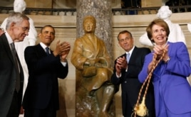 罗莎.帕克斯的铜像揭幕后,奥巴马总统与参议院多数党领袖里德,左1,众议院议长贝纳,右2,及众议院少数党领袖佩洛西一起鼓掌