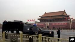 2013年11月9日,中共中央18届三中全会召开之际,中国警察守卫着天安门广场