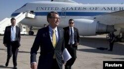 El jefe del Pentágono, Ash Carter, a su llegada al aeropuerto de Amman, Jordania.