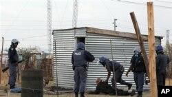 Polisi Afrika Selatan menangkapi sekelompok pekerja tambang selagi berpatroli dekat Tambang Platina Lonmin di Marikana (foto, 15/9/2012).
