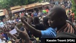 Manifestations à Bamako, Mali, le 17 août 2016. (VOA/Kassim Traoré)