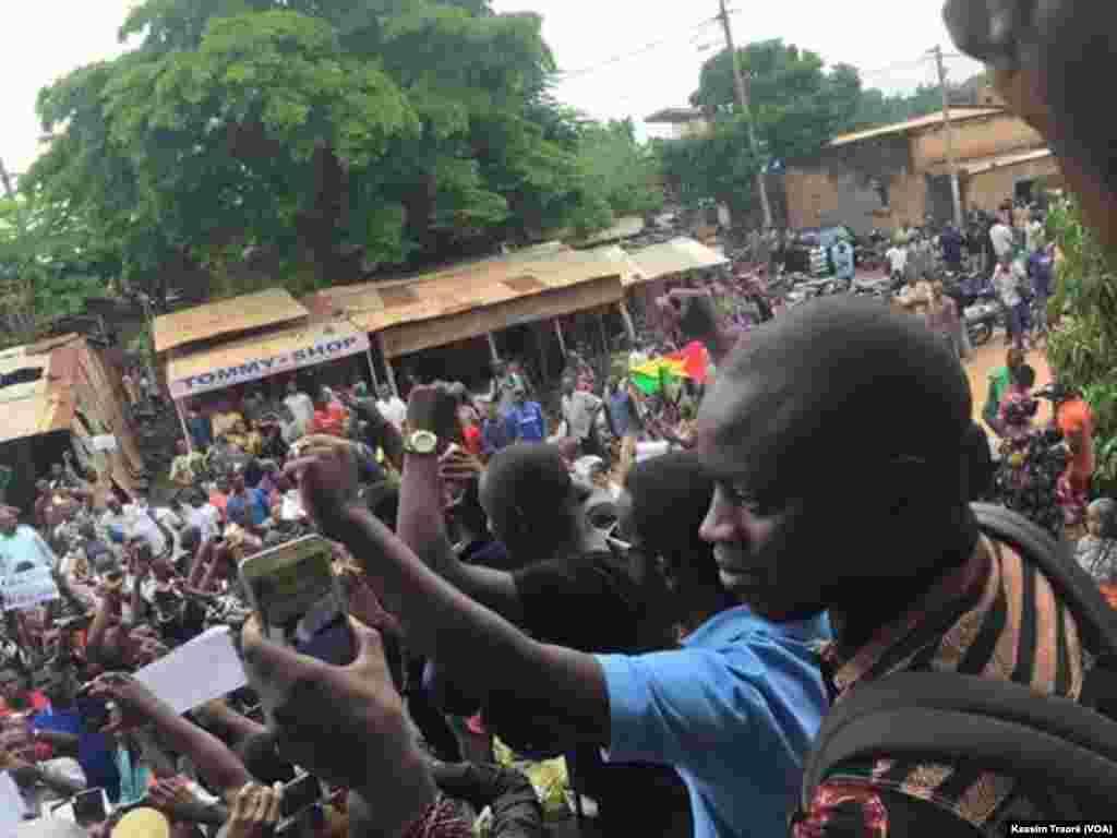 Des manifestations étaient en cours à Bamako, Mali, le 17 août 2016, après l'arrestation d'un présentateur radio. (Kassim Traoré/VOA)