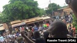 Manifestations à Bamako, Mali, le 17 août 2016. (Kassim Traoré/VOA Afrique)