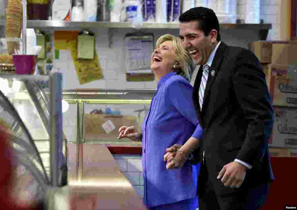 បេក្ខនារីប្រធានាធិបតីគណបក្សប្រជាធិបតេយ្យលោកស្រី Hillary Clinton មកជាមួយសមាជិកសភារដ្ឋ Nevada លោក Nelson Araujo ដើម្បីទិញការ៉េមនៅក្រុង Las Vegas រដ្ឋ Nevada នាថ្ងៃទី១៤ ខែតុលា ឆ្នាំ២០១៥។