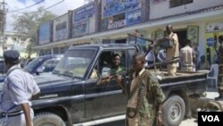 Pasukan pemerintah Somalia melakukan patroli di wilayah selatan ibukota Mogadishu (9/5).