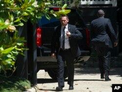 Hillary Clinton'u Washington'daki evinin dışında bekleyen Gizli Servis ajanları