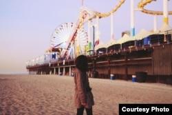 Chờ mặt trời mọc ở Santa Monica Pier, California