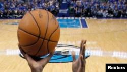 Une balle de basketball lors d'un match de la NBA, le 17 mai 2011.