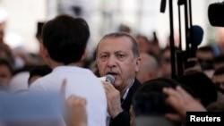 Tổng thống Erdogan thường xuyên đề cập đến 'những kẻ chủ mưu' mà ông nói là đang tìm cách bẻ gãy đất nước ông, ám chỉ phương Tây nói chung, và rõ rệt hơn là Hoa Kỳ