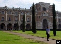 Rice University Lovett Hall, bangunan tertua di kampus, Houston, Selasa, 23 Januari 2001. (Foto: AP)
